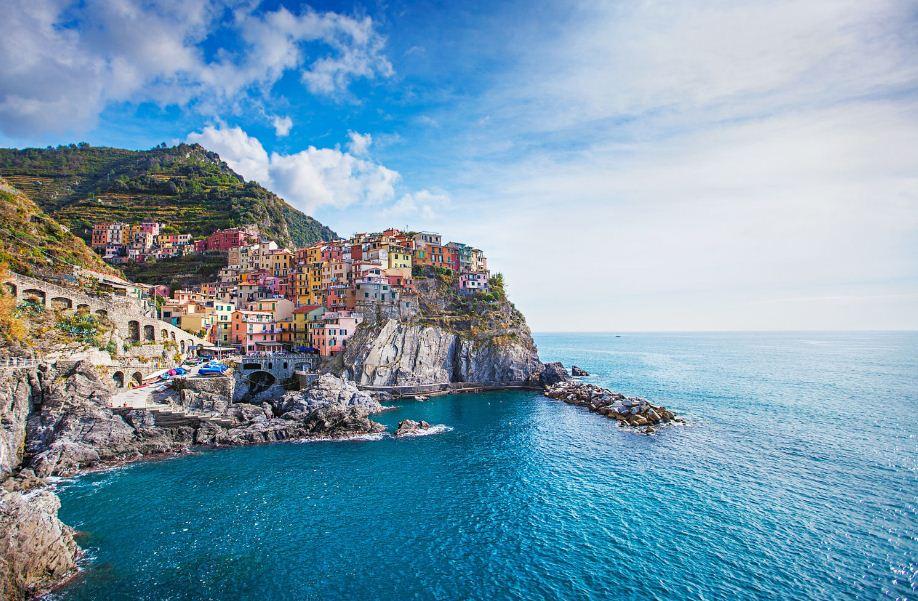 cest la destination o se concentrent les villages colors cinque terre est belle comme une peinture lhuile perche sur les falaises